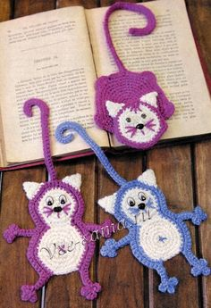 If you are into Amigurumi crochet, this will definitely interest you. This is surprisingly an easy crochet pat Marque-pages Au Crochet, Gato Crochet, Crochet Mignon, Crochet Amigurumi, Crochet Motifs, Crochet Books, Love Crochet, Crochet Gifts, Crochet Flowers