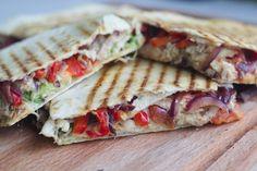 Quesadillas med kylling og stegte grøntsager.