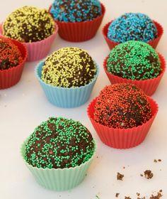 125 γρ. βούτυρο αγελάδας 400 γρ. ζάχαρη 40 γρ. κακάο 100 γρ. φρέσκο γάλα 350 γρ. νιφάδες βρόμης 100 γρ. μπισκότα της αρεσκείας μας, τριμμένα στο μούλτι χρωματιστή τρούφα Sweets Recipes, Desserts, Sweets Cake, Pastry Chef, Mini Cupcakes, Holidays And Events, Truffles, Food To Make, Recipies
