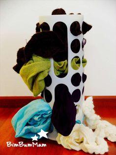 Tira la sciarpa - Questa attività è una delle più semplici fra i giochi per bambini di 6 mesi e la consiglio vivamente. Ottima per il senso del tatto per la coordinazione. BimBumMam
