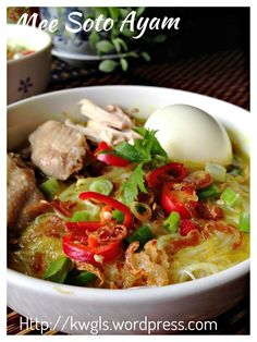 Mee Soto Ayam (马来鸡汤面) A Malay Chicken Soup Noodles that is aromatic and tasty. Common in Singapore, Malaysia and Indonesia. 中文食谱供参考: http://translate.google.com/translate?hl=en&sl=en&tl=zh-CN&u=http%3A%2F%2Fwp.me%2Fp3u8jH-5tX&sandbox=1 #mee_soto #mie_soto #guaishushu #Kenneth_goh