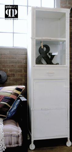 Industriële vitrinekast met laatje en glas deurtje van ijzer, wit