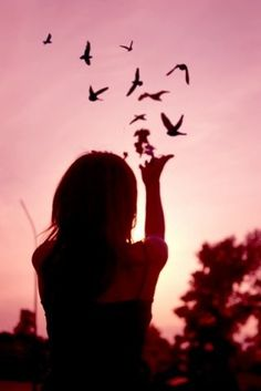 """""""Desapegar é a vontade de mudar suas crenças, a fim de trazer mais paz e alegria para sua vida, ao invés  de se agarrar às crenças que trazem dor e sofrimento …""""  - Hal Tipper -"""