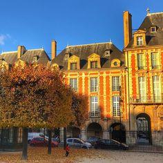 L'automne en passant Place des Vosges #autumn #automne #paris #paname