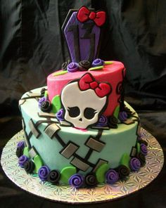 tied for Monster High - Topsy Turvy Monster High themed cake. Buttercream icing with fondant accents. Bolo Monster High, Monster High Birthday Cake, Festa Monster High, Monster High Party, Birthday Cakes, 7th Birthday, Birthday Ideas, Bolo Halloween, Halloween Torte