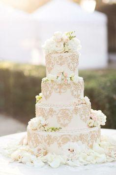 Bolo de casamento com flores naturais A mesa de doces é uma das atrações mais desejadas e esperadas em um casamento, e o bolo é o item indispensável dessa composição, mas são tantos modelos, cores, tamanhos e sabores, que fica difícil escolher um...