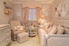 O quarto do bebê da arquiteta Detinha Nascimento é clássico e clean. A profissional aposta em tons de branco e bege, mobiliário tradicional e detalhes que remetem ao aconchego ideal para um bebê.