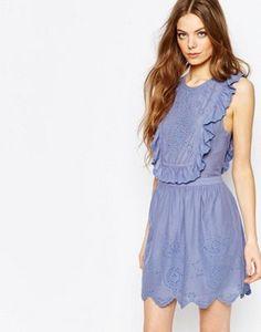 Vestido azul con volantes y bordado inglés de Vanessa Bruno Athe