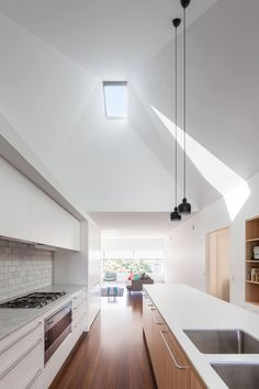 A sculpted ceiling is highlighted by a single north facing skylight which lets light deep into House Chapple Studio Kitchen, Living Room Kitchen, Modern Skylights, Condo, Roof Light, Prefab Homes, Cuisines Design, Architect Design, Kitchen Layout