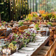 A #noiva Luiza queria um projeto floral rico, que fugisse do tradicional! Por isso, a @bothanicapaulista apostou em espécies que foram de bromélias, orquídeas e proteas até cactos, flor de alcachofra e sementes coloridas!😍😍😍O resultado você vê em www.constancezahn.com💻{📷@robertotamer } #wedding #casamento #decoraçaodecasamento #CZSaoPaulo