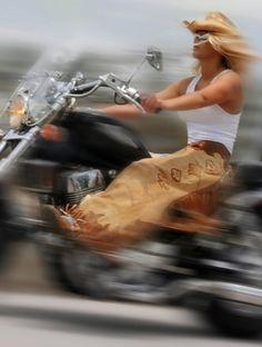 El tiempo parece volar cuando se la está pasando bien. «Steel Cowgirl».