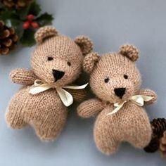 No automatic alt text available. Teddy Bear Knitting Pattern, Loom Knitting Patterns, Knitting Projects, Knitting Ideas, Free Knitting, Bear Crafts, Christmas Wishes, Christmas Yarn, Little Cotton Rabbits