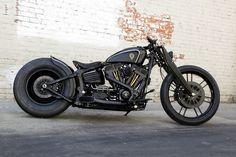 Harley Davidson Softail Rocker Bobber - Rough Crafts. Una Softail personalizada en un negro que se funde en toda la moto. Mira que pedazo de Harley.