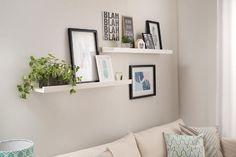 Você não gosta de encher a parede de furos para colocar todos os seus quadros? Uma prateleira assim é a solução para apoiar todos os quadros e trocar de lugar sempre que quiser! Prateleira Brisa Grande - Branco Giz
