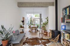 Twee rijwoningen – een voormalig café en een buurtwinkeltje – werden door Maarten Baeye en Karen Kesteloot van studiobont samengevoegd tot hun eigen atelierwoning. Een secuur werkje met punctuele ingrepen, selectieve openingen en strategische doorbraken tussen beide...