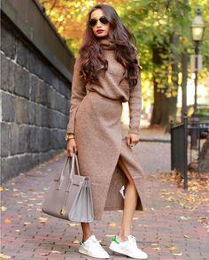 Представить себе нашу зиму без теплого симпатичного свитера или уютного стильного кардигана невозможно. Сегодня трикотажные вещи-это еще один из наиболее модных трендов этой осени. Свой мягкий и уютный look - трикотажный костюм свобождного кроя - должен быть у каждой уважающей себя модницы. Вязаные миди-юбкасвитер от #asos кроссовки Tan Smith от #adidas и популярная модель cумки Galleria от prada. Photo @fofoalbanur #womanslook