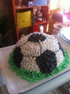 Riquisima tarta elaborada con forma de balon de futbol