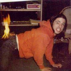 Nirvana - Dave: Fogo no Rabo Foo Fighters Dave Grohl, Foo Fighters Nirvana, Nirvana Kurt Cobain, Riot Grrrl, Music Stuff, Music Bands, Celebrity Photos, Rock Bands, Rock N Roll