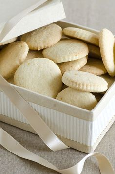 """Scatola con biscotti della nonna... Ricetta di famiglia tramandata dalla nonna. Pochi erano i dolci fatti in casa, ma sicuri e certificati; si passava dai biscotti come questi , allo strudel di mele, dalla crostata di marmellata alle frittelle per carnevale. Le nonne non possedevano però la bilancia, quindi gli ingredienti erano sempre """"ad occhio"""", ma la ricetta dei biscotti, per fortuna, mi è stata consegnata con gli ingredienti precisi."""