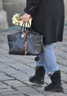 Hermes Birkin (Jane Birkin) wearing a her Hermes bag Jane Birkin, Hermes Bags, Hermes Birkin, Hermes Men, Pantalon Bleu Marine, Fashion Bags, Mens Fashion, Charlotte Gainsbourg, Changing Bag