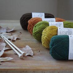 Sintiendo la llamada del otoño 🍂 . Y es que estos colores de las madejas Joao de @rosapomar invitan a tejer gorros, mitones, jerseys y todo lo que se te ocurra para no pasar frío. En breve, estos y más colores estarán disponibles en la shop. . #lana #lanas #Merino #retrosariarosapomar #rosapomar #locallysourcedmerino #naturalfibers #fibrasnaturales #yarnshop #yarnlover #yarnlife #tiendadelanas #lanasconhistoria #ohlanas #knitlife #punto #tricot #tejer #crochet #ganchillo #knit #knitting…