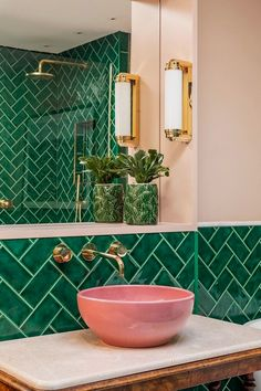 Bathroom Decor sink Emerald green metro tiles, pink ceramic sinks, marble topped antique barley twist leg table, brass bathroom lighting and fixtures. Mid Century Bathroom, Bright Apartment, Apartment Design, London Apartment Interior, Green Apartment, Apartment Living, Apartment Ideas, Apartment Therapy, Bathroom Colors