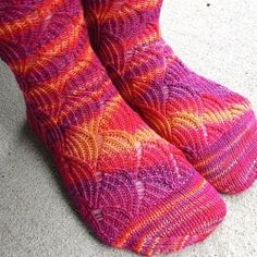 The best socks knitting patterns with easy and complex patterns. Socks can be very tricky to knit, especially that. Knitting Videos, Loom Knitting, Knitting Socks, Knitting Patterns Free, Hand Knitting, Knitted Booties, Knit Shoes, Knitted Slippers, Crochet Socks