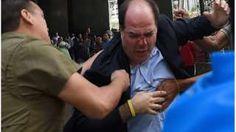 Image copyright                  AFP                  Image caption                     El jefe de la bancada opositora de Venezuela, Julio Borges, resultó herido durante la protesta.   Una protesta de medio centenar de diputados opositores venezolanos, que exigían una fecha de validación de las firmas para activar el referendo revocatorio contra el presidente Nicolás Maduro, fue dispersada este jueves por autoridades. Algunos de los diputados dijeron h