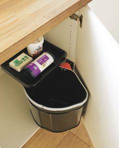 Une poubelle à fixer sur la porte du meuble ou sur le côté Home Organisation, Storage Organization, Organizing, Storage Ideas, Useful Life Hacks, Cozy House, Cool Kitchens, Sweet Home, Interior Design