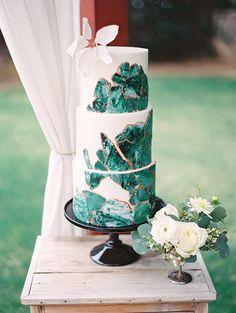 Black white and emerald wedding cake inspiration Naked Wedding Cake, Painted Wedding Cake, Beautiful Wedding Cakes, Gorgeous Cakes, Geode Cake, Emerald Green Weddings, Jewel Tone Wedding, Jewel Wedding Cake, Jewel Cake
