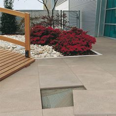 CM2 is the ideal solution for outdoor paving, designed for both public and private use. Easy to install, very easy to inspect any utilities, and easy to reposition in the event of changes to the installation or modifications to the substrate.