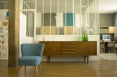 sublimes meubles bahut et belle couleur de fauteuil.