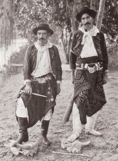 Argentine Gauchos in Traditional Costume Rio Grande Do Sul, Vintage Photographs, Vintage Photos, Argentina Culture, India Eisley, Cowboy Girl, American War, World Cultures, Portraits