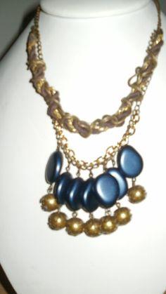 collar dorado y azul
