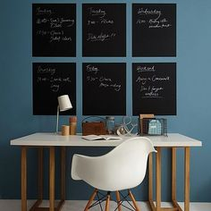 Mur bleu, bureau blanc et tableaux craie magnétiques