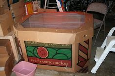 watermelon box brooder - these work pretty well and can be composted when done. Chicken Coops Homemade, Brooder Box, Bronx Zoo, Green Companies, Hobby Farms, Raising Chickens, Urban Farming, Chickens Backyard, Wild Birds