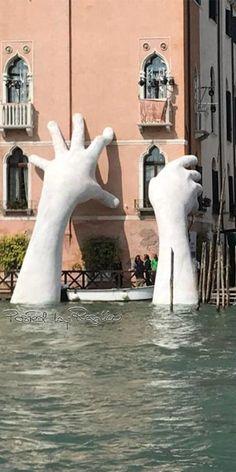 Regilla ⚜ La colossale opera dell'artista Lorenzo Quinn per la Biennale di Venezia 2017