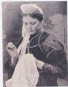 Brodeuse bigoudène vers 1910   Finistère Bretagne