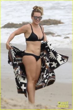 Hilary Duff Hits the Beach in Her Bikini on Labor Day!: Photo Hilary Duff spent Labor Day sunning herself on the beach in her bikini with her ex Mike Comrie and their son Luca, (not pictured). Hilary Duff Bikini, Hilary Duff Legs, Cute Lingerie, Rihanna Fenty, Beach Bunny, Curvy Women Fashion, The Duff, Girls Jeans, Bikini Girls