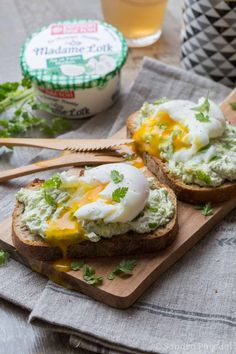 Brunch : Tartine à l'avocat, œuf mollet, menthe et coriandre.