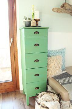 In vielen Möbelhäusern, gerade bei Ikea, findet man viele naturbelassene Möbel. Die simplen Designs bieten uns viele Möglichkeiten, di...