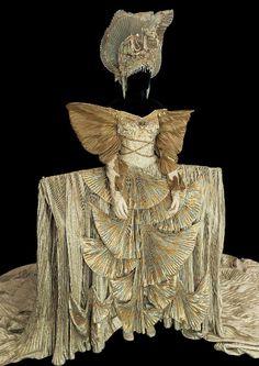 Le Lac des cygnes, costume pour la Reine d'après Tomio Mohri, Opéra Bastille, 1992. Coll. cncs/onp.  Medea, costume de La Toison d'or, d'après Yannis Kokkos, Théâtre du Capitole, Toulouse, 2005.