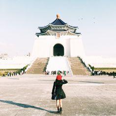A First Timer's Travel Guide To Taiwan Travel Pose, Travel Photos, Z Trip, Taiwan Night Market, Taipei Travel, Hong Kong Art, Travel Light, Travel Aesthetic, Chiang Mai