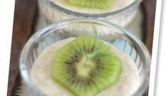 Mousse fría de kiwi servida con coulis de kiwi al aroma de romero