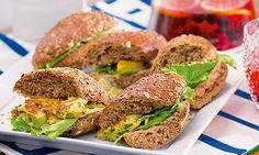 Comece o dia com uma refeição capaz de lhe fornecer energia. Esta sanduíche de ovo e legumes é de preparação fácil e rápida e é muito nutritiva. Avocado Toast, Picnic, Sandwiches, Lunch, Drink, Breakfast, Recipes, Delicious Sandwiches, Snacks