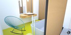 Rodičovská kúpeľňa s voľne stojacou vaňou a perforovanou stenou z drevených fošní je vizuálne prepojená so spálňou. Zaujímavý kontrast vytvára liata polyuretánová podlaha.