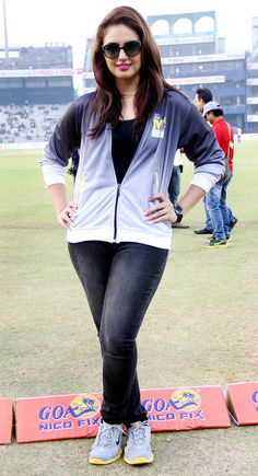 Sunglasses aren't only meant for airport looks. Highlighting the inital purpose of the sunglasses, Huma Qureshi pairs them perfectly with a sweatshirt and denims. Bollywood Images, Bollywood Actress Hot Photos, Indian Actress Photos, Bollywood Girls, Indian Actresses, Most Beautiful Indian Actress, Beautiful Actresses, Huma Qureshi Hot, Parneeti Chopra