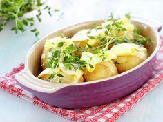 Helstekte poteter med hvitløk og timian Norwegian Food, Norwegian Recipes, Grilling Recipes, Potato Recipes, Celery, Cantaloupe, Potato Salad, Cabbage, Dinner Recipes