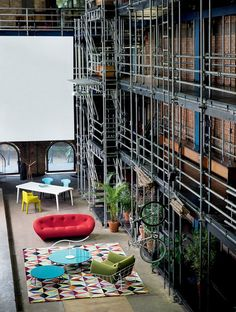 O Teatro Oficina, obra de Lina Bo Bardi é cenário para o design, exibindo peças para um escritório mais divertido e aconchegante.