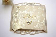 *Eine wunderschöne Eleganz versprüht diese nostalgisch anmutende Karte zur Hochzeit. Eine hellbeige, edel geprägte Kartonage, innen zartes Transpar...